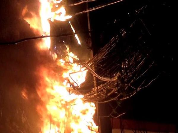 Cột điện bốc cháy trong đêm khi trời mưa bão lớn