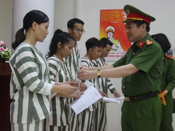Đại tá Nguyễn Văn Viện, Phó Giám đốc CATP Hà Nội trao quyết định tha tù trước thời hạn có điều kiện cho các phạm nhân