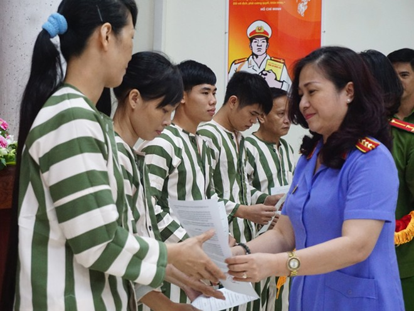 Bà Bùi Thị Hồng Anh, Phó viện trưởng V iện KSND thành phố Hà Nội trao quyết định tha tù trước thời hạn có điều kiện cho các phạm nhân