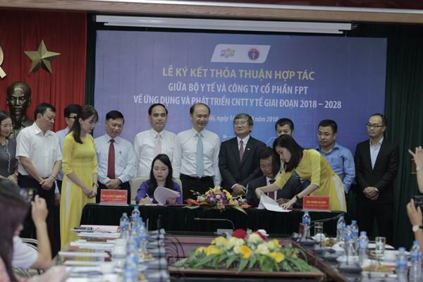 Bộ trưởng Bộ y tế và ông Trương Gia Bình ký kết hợp tác ứng dụng công nghệ trong điều trị khám chữa bệnh cho bệnh nhân