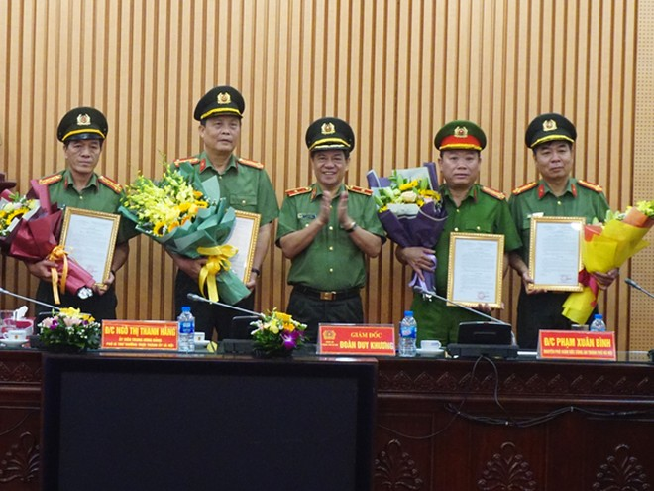 Thiếu tướng Đoàn Duy Khương, Giám đốc CATP trao quyết định nghỉ chờ hưu cho các đồng chí là chỉ huy các phòng chức năng, Công an quận, huyện
