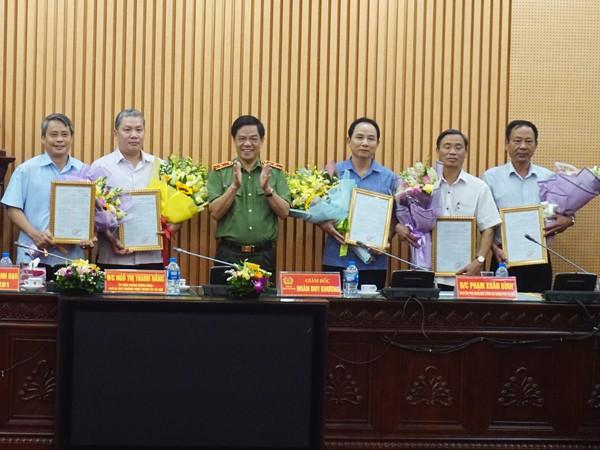 Thiếu tướng Đoàn Duy Khương trao quyết định nghỉ hưu cho các đồng chí nguyên là chỉ huy các phòng chức năng, Công an các quận huyện