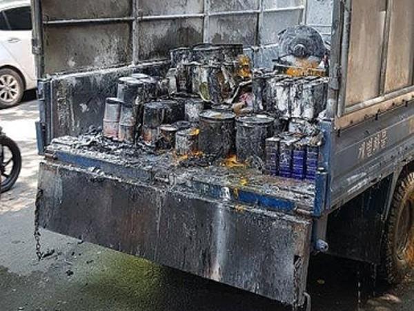 Chiếc xe ô tô chở sơn đang chạy bất ngờ bốc cháy