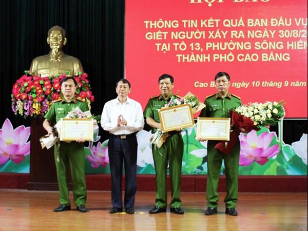 Lãnh đạo UBND tỉnh Cao Bằng trao khen thưởng cho lực lượng Công an tỉnh Cao Bằng có thành tích khám phá nhanh vụ án đặc biệt nghiêm trọng