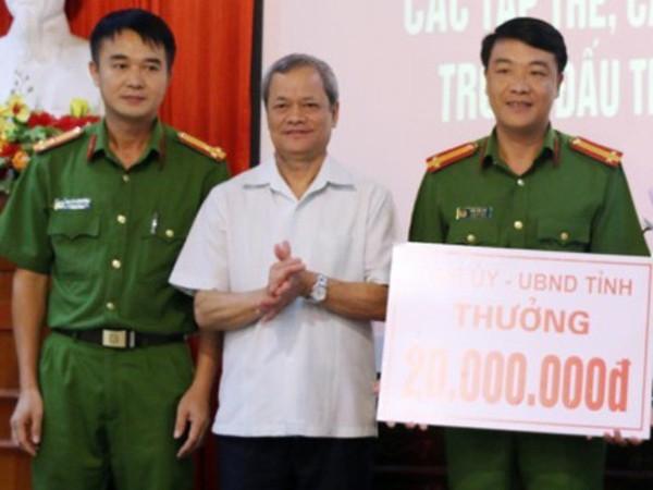 Ông Nguyễn Tử Quỳnh, Chủ tịch UBND tỉnh Bắc Ninh chúc mừng chiến công của Phòng Cảnh sát ĐTTP về ma túy