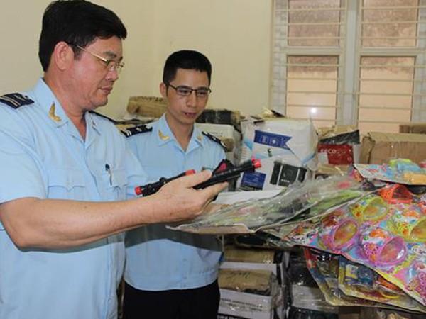 Cơ quan chức năng kiểm tra số hàng hóa không có giấy tờ nguồn gốc hàng hóa