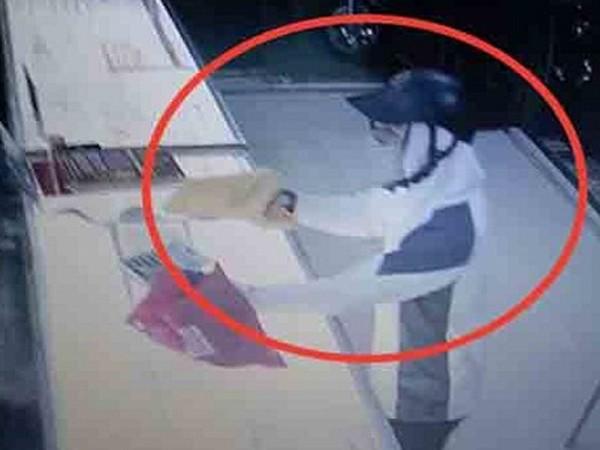 Hình ảnh cơ quan Công an trích xuất camera cho thấy kẻ gian bịt mặt cầm vật nghi súng chĩa về phía chủ cửa hàng đe dọa