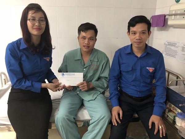 Đại diện Đoàn thanh niên huyện Yên Bình thăm hỏi tặng quà Trung úy Nguyễn Tuấn Anh