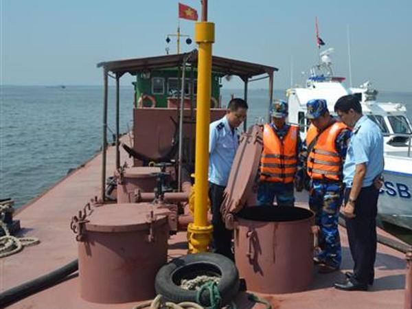 Lực lượng chức năng kiểm tra tàu chở dầu không rõ nguồn gốc