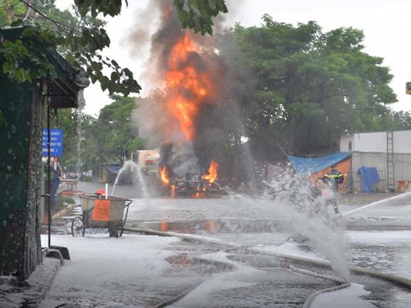 Vụ cháy cây xăng tả ngạn chợ đầu mối phía Nam Kim Ngưu gây thiệt hại lớn về tài sản
