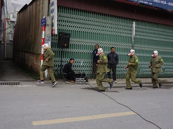 Lực lượng dân phòng tham gia diễn tập PCCC và CNCH tại khu dân cư ngõ hẹp xe chữa cháy không tiếp cận được tại phường Bồ Đề, Long Biên