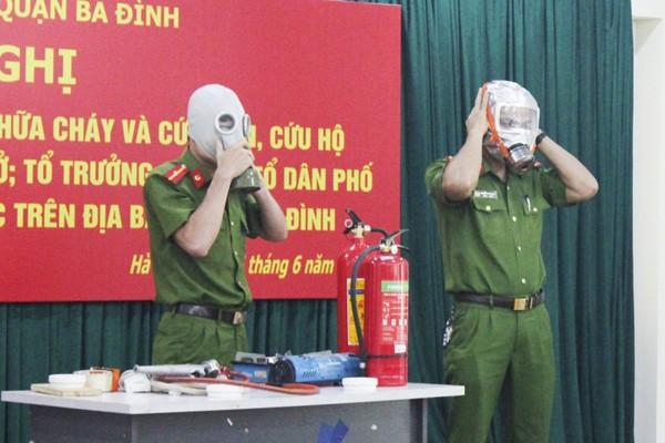 Lực lượng Cảnh sát PCCC và CNCH - CAQ Ba Đình hướng dẫn cách sử dụng mặt nạ trong khi cứu nạn cho tổ trưởng tổ dân phố