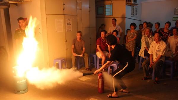 Người dân khu dân cư phường Ô Chợ Dừa tham gia tập huấn, nâng cao kỹ nẵng chữa cháy thoát nạn