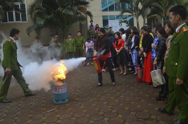 Lực lượng Cảnh sát PCCC và CNCH - CAQ Đống Đa hướng dẫn người dân sử dụng bình gas an toàn và cách chữa cháy khí gas hiệu quả