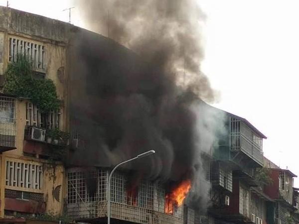 Ngọn lửa nhanh chóng bao trùm ban công tầng 2 khiến nhiều người dân hoảng loạn