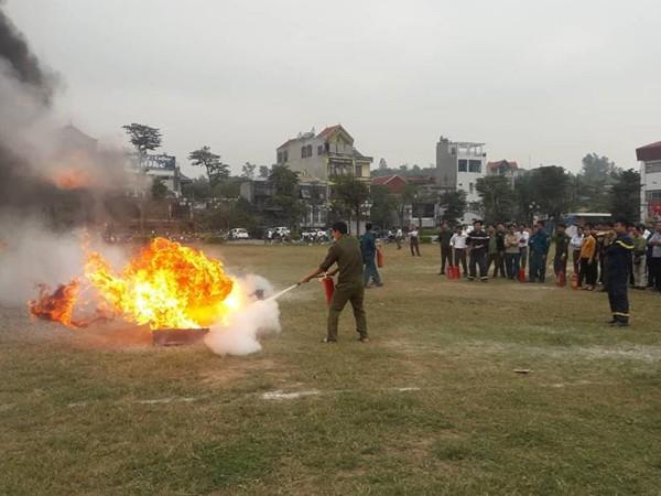 Lực lượng dân phòng thực hành sử dụng bình chữa cháy xách tay dập lửa hiệu quả, an toàn