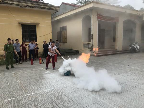 Lực lượng Cảnh sát PCCC và CNCH- CAH Hoài Đức tuyên truyền, tập huấn PCCC và nâng cao kỹ năng dập lửa cho người dân