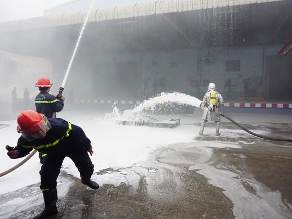 Do khu xảy cháy chứa hóa chất, nên lực lượng chữa cháy phải dùng hệ thống phun bọt chữa cháy để xử lý