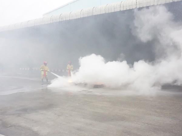 Khói nhanh chóng bao trùm toàn bộ khu nhà xưởng khiến việc thoát nạn, chữa cháy gặp khó khăn