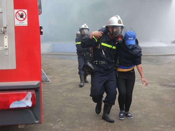 Lực lượng cứu nạn đã nhanh chóng tiếp cận phía trong nhà xưởng đưa nạn nhân ra nơi an toàn
