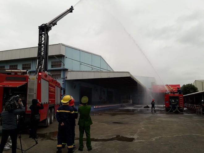 Xe chữa cháy cần vươn được điều tới để vô hiệu hóa đám cháy ở điểm mà con người không tiếp cận được