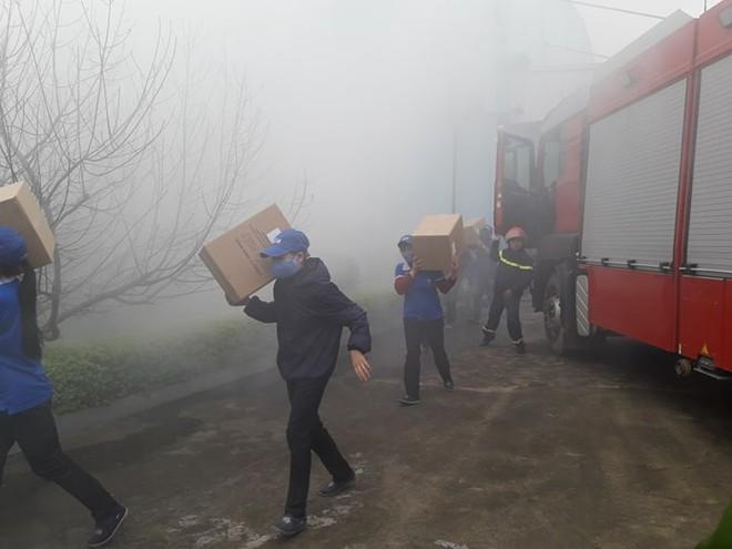 Nhiều hàng hóa trong kho xưởng đã được cứu hộ ra nơi an toàn