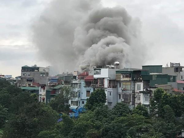 Cột khói bốc cao hàng chục mét bao trùm toàn bộ ngôi nhà