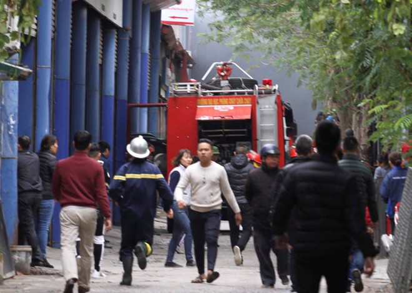 Lực lượng Cảnh sát PCCC và CNCH nhanh chóng triển khai đội hình khống chế cháy lan, dập lửa