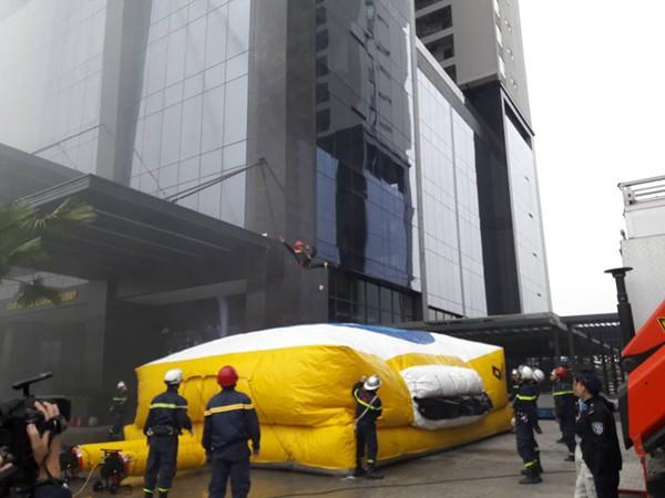 Diễn tập chữa cháy, cứu nạn người mắc kẹt trên tòa nhà cao tầng ở quận Bắc Từ Liêm ảnh 4