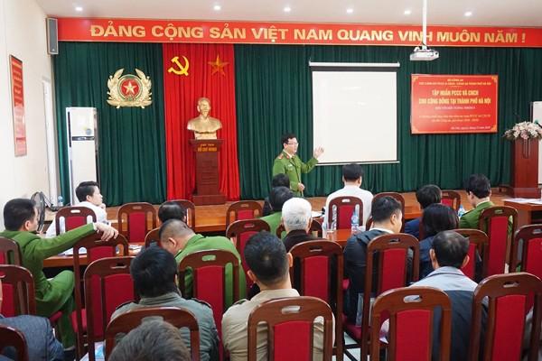 Lực lượng Cảnh sát PCCC và CNCH - CAQ Long Biên trao đổi kỹ năng PCCC và CNCH tại buổi tập huấn tuyên truyền an toàn PCCC cho lãnh đạo UBND phường và CAP trên địa bàn quận Long Biên