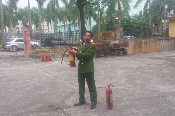 Trung tá Khúc Nguyên Khánh, Phó Đội trưởng Đội Cảnh sát PCCC và CNCH, CAQ Bắc Từ Liêm đã giới thiệu cho các học viện về hệ thống PCCC, cấu tạo, tính năng, tác dụng, cách bảo quản, sử dụng các loại phương tiện chữa cháy; kỹ chiến thuật chữa cháy