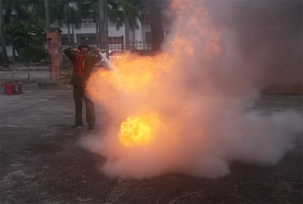 Lực lượng Cảnh sát PCCC và CNCH hướng dẫn cách dập lửa bằng bình chữa cháy xách tay hiệu quả