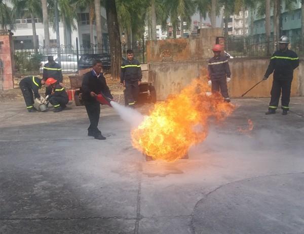 Các học viên tham gia thực hành chữa cháy khay xăng