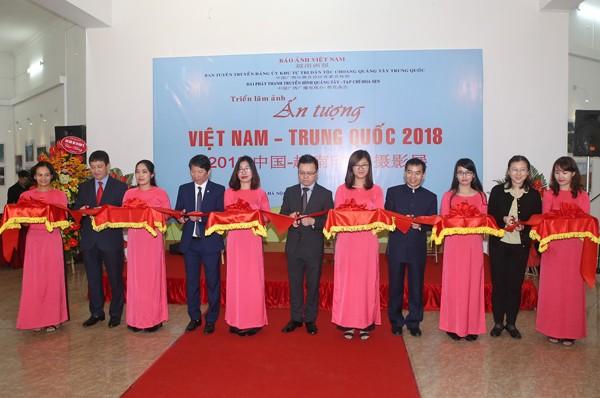 Đại diện lãnh đạo Báo Ảnh Việt Nam và đại diện Đại sứ quán Trung Quốc cắt băng khai mạc triển lãm