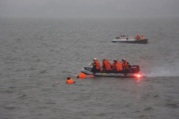Lực lượng CNCH dùng xuồng cao su tìm kiếm cứu nạn nhân