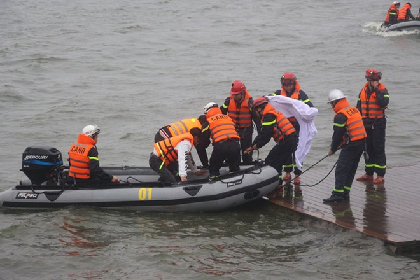 Cảnh sát phòng cháy Hà Nội diễn tập cứu nạn dưới nước ảnh 4