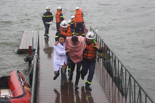 Lực lượng CNCH cứu người bị nạn đưa vào bờ để sơ cứu