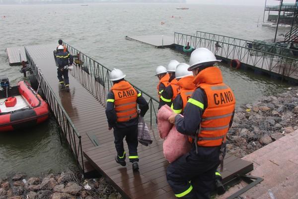 Cảnh sát phòng cháy Hà Nội diễn tập cứu nạn dưới nước ảnh 5