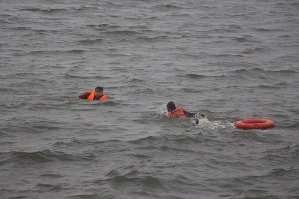 Cảnh sát phòng cháy Hà Nội diễn tập cứu nạn dưới nước ảnh 6