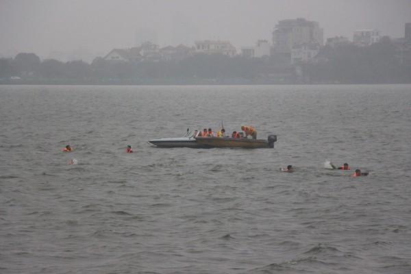 Cảnh sát phòng cháy Hà Nội diễn tập cứu nạn dưới nước ảnh 7