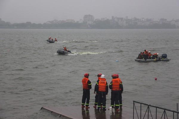 Cảnh sát phòng cháy Hà Nội diễn tập cứu nạn dưới nước ảnh 8