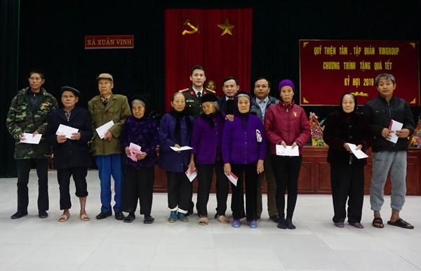Đoàn công tác Báo ANTĐ và Đại diện Phòng LĐTBXH huyện Thọ Xuân trao tặng quà Tết 2019 cho bà con có hoàn cảnh khó khăn tại xã Xuân Vinh