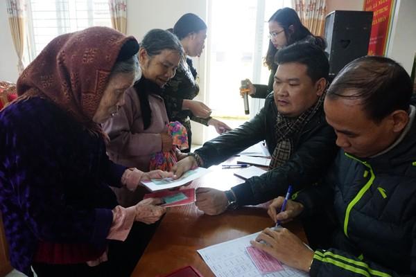 Đoàn công tác Báo ANTĐ trao tặng quà Tết 2019 cho bà con có hoàn cảnh khó khăn tại xã Xuân Lập
