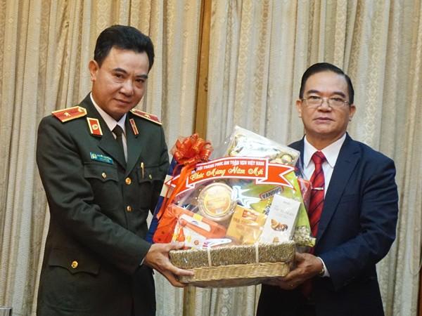 Thiếu tướng Nguyễn Anh Tuấn cảm ơn Muc sư Đinh Thanh Hùng đã đến chúc mừng CATP Hà Nội nhân dịp năm mới 2019