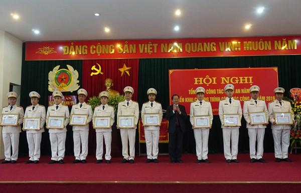 Đồng chí Trần Văn Khương, Bí thư huyện ủy huyện Thanh Trì trao khen thưởng cho tập thể, cá nhân của CAH Thanh Trì có thành tích xuất sắc trong công tác đảm bảo ANTT năm 2018