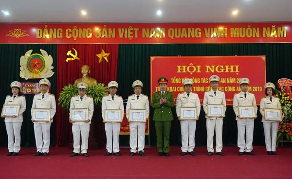 Đại tá Nguyễn Thế Hùng, Trưởng CAH Thanh Trì trao khen thưởng cho các tập thể, cá nhân có thành tích xuất sắc trong công tác đảm bảo ANTT năm 2018