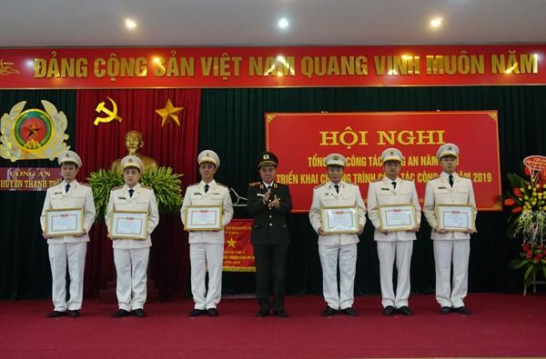 Thiếu tướng Nguyễn Anh Tuấn, Phó Giám đốc CATP trao tặng Bằng khen của Bộ Công an cho tập thể, cá nhân CAH Thanh Trì có thành tích xuất sắc trong công tác đảm bảo ANTT năm 2018