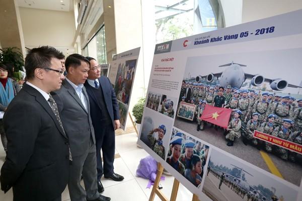 Các đại biểu tham quan ảnh trưng bày tại Lễ trao giải