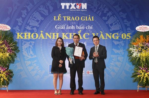 Ông Lê Quốc Minh - Phó Tổng Giám đốc Thông tấn xã Việt Nam trao giải Nhất thể loại ảnh đơn cho tác giả Trần Thanh Hải