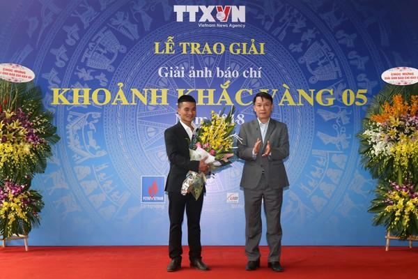 Ông Nguyễn Đức Lợi - Ủy viên Trung ương Đảng, Tổng Giám đốc Thông tấn xã Việt Nam trao Giải Đặc biệt cho tác giả Nguyễn Tiến Thành